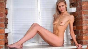 Lona in 'Model Beauty'