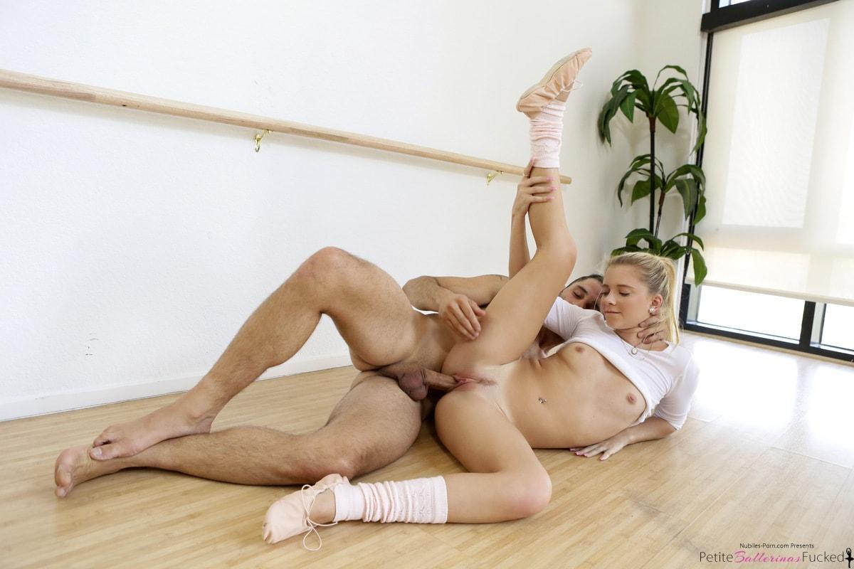 trahaet-snogsshibatelnuyu-tantsovshitsu